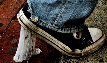 Cách làm sạch bã kẹo cao su trên giầy dép